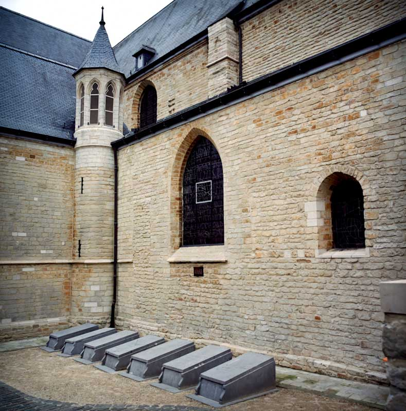 Seven out of the 267 Congolese people that Leopold II brought to Brussels for the <i>Exposition Internationale</i> in 1897 are buried in Tervuren. They were exhibited before a million visitors. Subjected to the cold climate, they died of pneumonia.